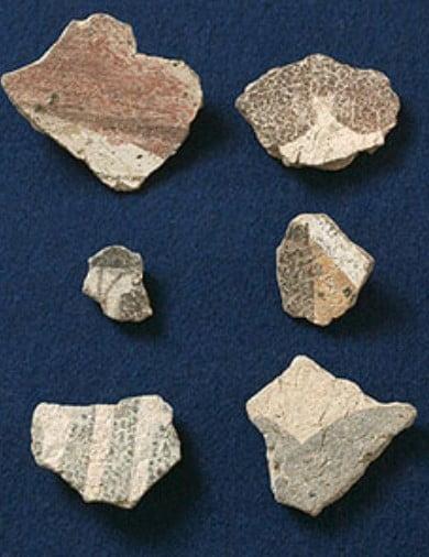 壁画片の大きさは、約5cm四方の壁画片で、地中2mの地層から発掘されたとのこと
