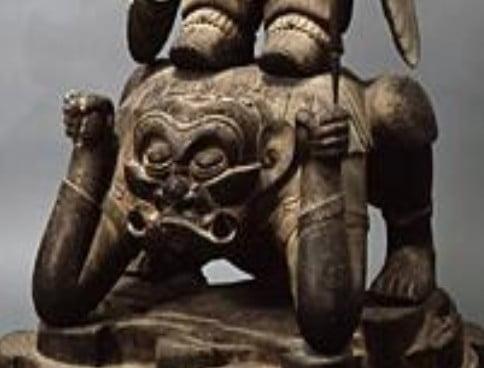 多聞天像の足元の「ヒヒ顔の邪鬼」