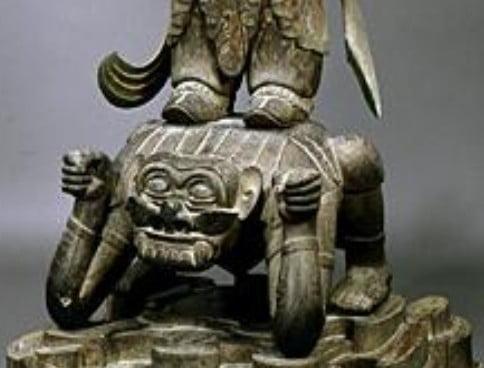 広目天像の足元の「サル顔の邪鬼」