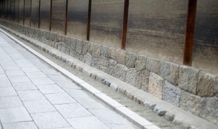 法隆寺の七不思議【その6】「地面に雨垂れの穴が空かない」